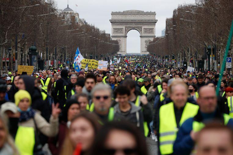 De gele hesjes tijdens een massaal protest in Parijs.