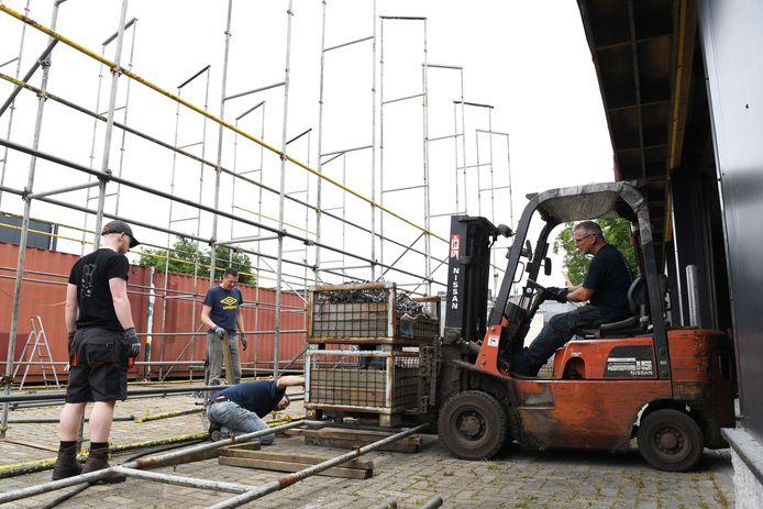 Het bloemencorso gaat weer door dit jaar dus moeten er weer bouwlocaties komen. Buurtschap Markt is begonnen met het bouwen van hun locatie.