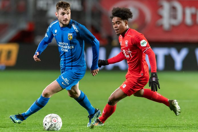 Matus Bero draait tegen FC Twente weg van Godfried Roemeratoe.