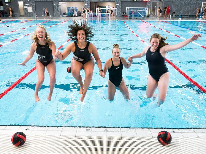 De jonkies van ZPC Amersfoort, van links naar rechts.: Daantje van Essen, Quincy van Duinkerken, Emma Batenburg en Elske Boere. Denise Wildvank ontbreekt op de foto.
