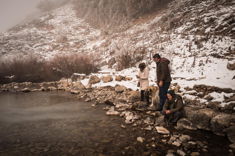 Een familie bezoekt het besneeuwde pelgrimsoord Munzur Baba. De Munzur-rivier, die hier ontspringt, is het heiligst van het heiligst.  Beeld Nicola Zolin