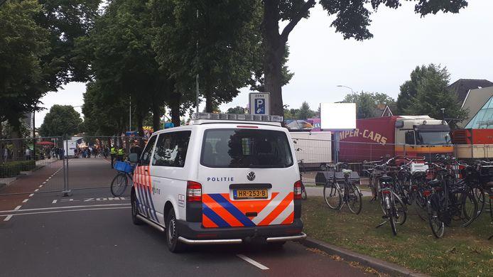 De politie is aanwezig op de kermis in Zevenaar.