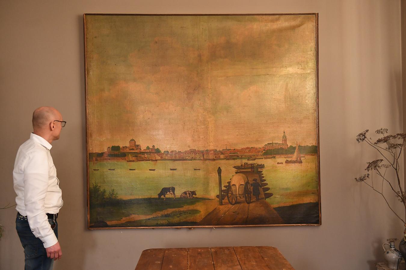 Patrick Peeters bij het schilderij van Nijmegen.