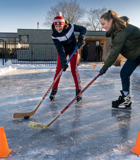 Ooit zo zieke Anemone speelt nu ijshockey op haar eigen schaatsbaantje