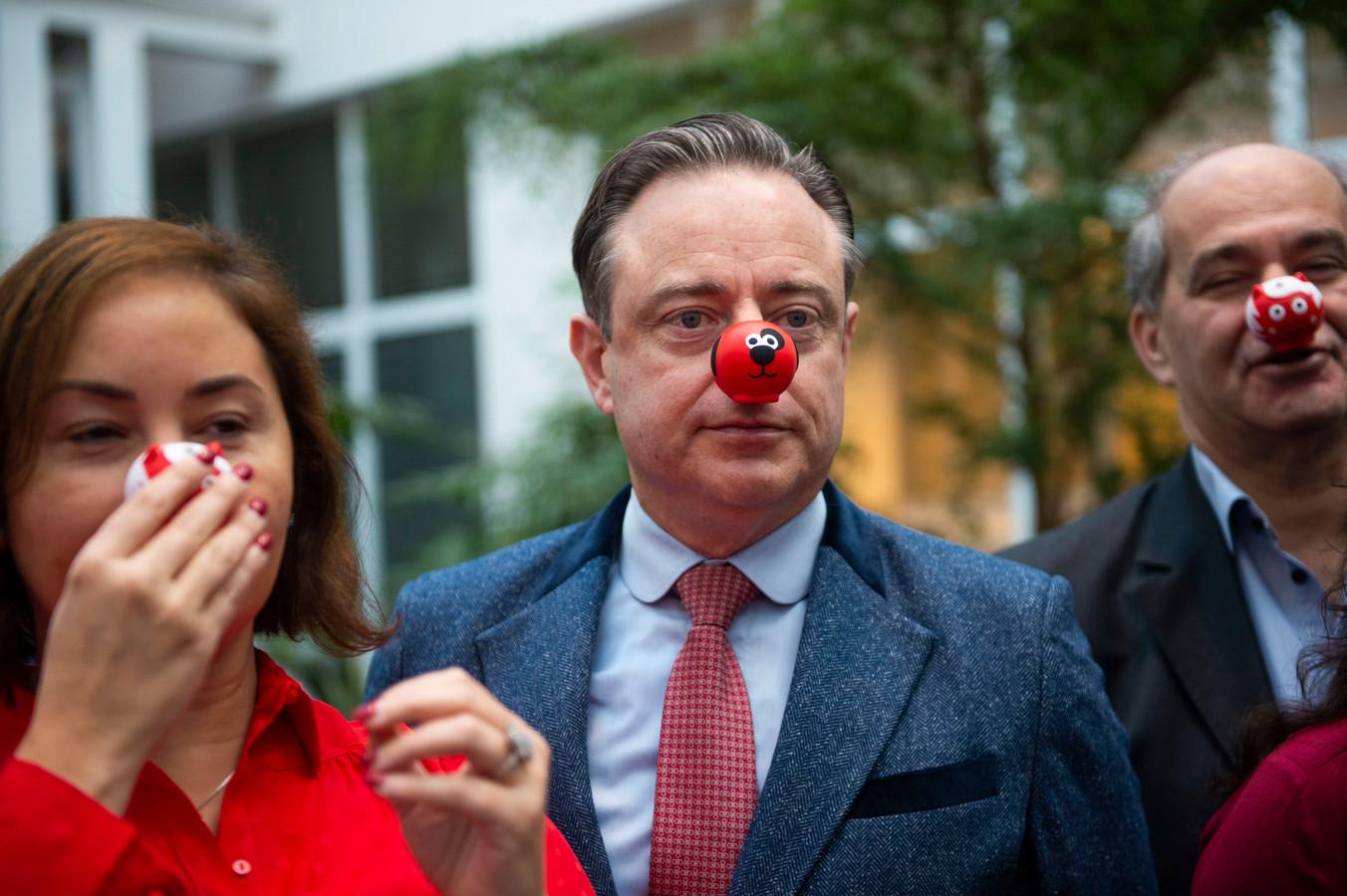 Burgemeester Bart De Wever met een rode neus.