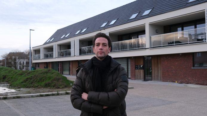 Schepen Klaas Verbeke bij een sociaal woonproject langs de Burgemeester Mahieuplein in Poperinge.