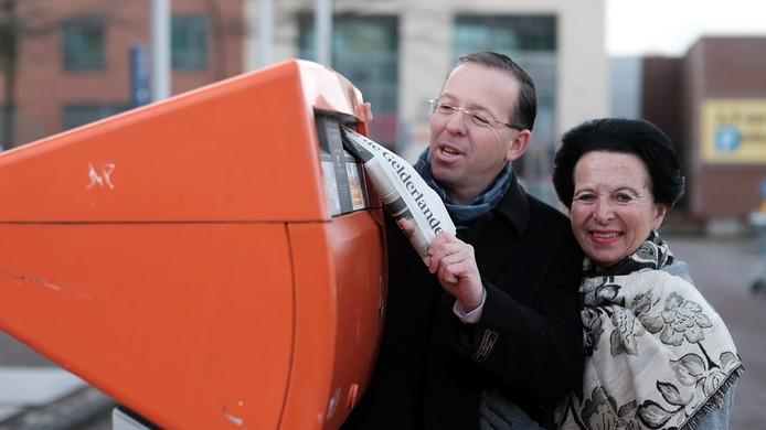 Frans Pütz en Jotina Luijken bij de brievenbus op de Zevenaarse driesprong.