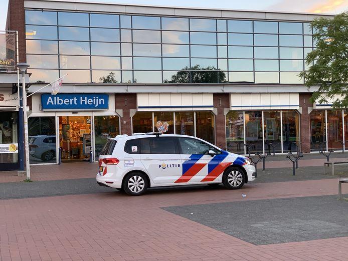 De politie voor de deur van de Albert Heijn aan de Bongerd in Doetinchem na de snelkraak.