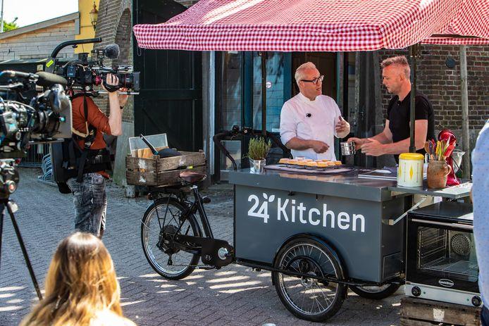 TV-kok Rudolph van Veen (l) bracht in juni een bezoek aan de Bökkers Mölle in Olst voor zijn nieuwe televisieprogramma Rudolph's Bakery: De Bakfiets.