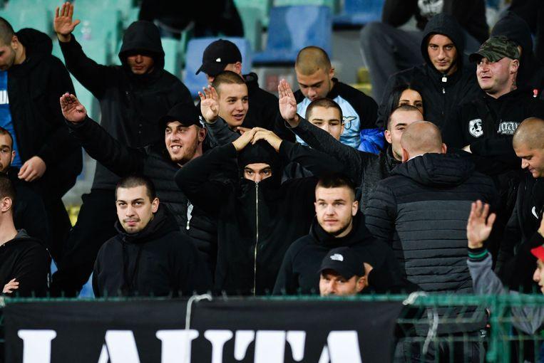Bulgaarse voetbalfans tijdens  de EK-kwalificatiewedstrijd tegen Engeland in het stadion te Sofia.  Beeld AFP