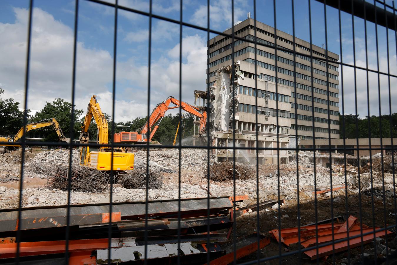 De sloop van de laagbouw van het Spinozagebouw op de Radboudcampus is in volle gang.