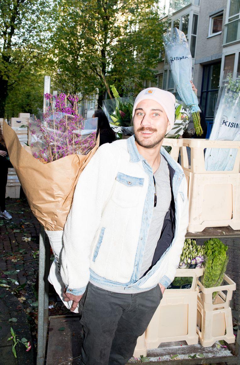 Stephen Soltys, met zijn zojuist bemachtigde bloemen. Beeld Marjolein van Damme