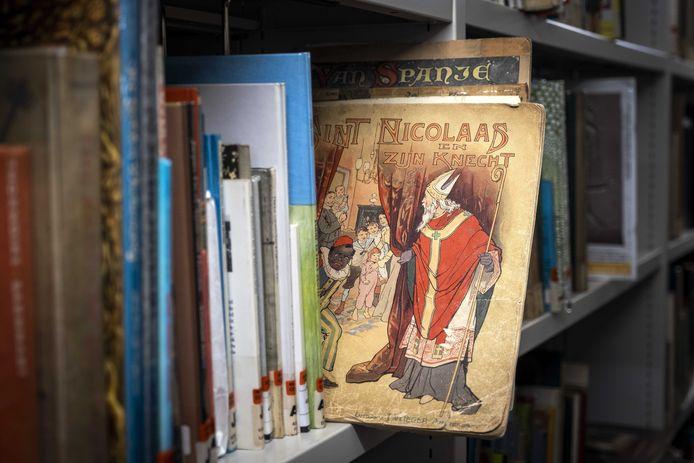 Een boek met Sinterklaas en Zwarte Piet in de Openbare Bibliotheek Amsterdam (OBA).
