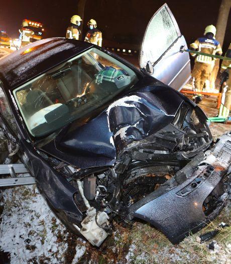 Automobilist gewond na botsing tegen boom, brandweer zet auto vast om te voorkomen dat die in sloot glijdt