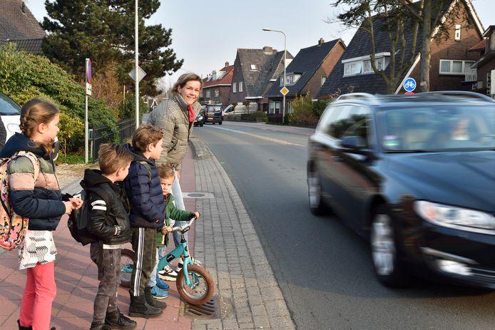 Annet de Vos wil een veiligere oversteekplaats voor haar kinderen Saar, Siem, Teun en Guus.