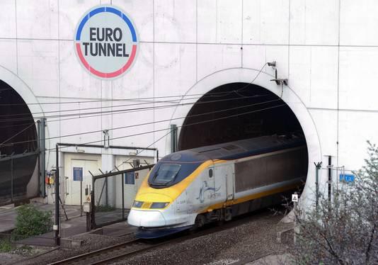 Een trein rijdt de Kanaaltunnel uit in Coquelles.