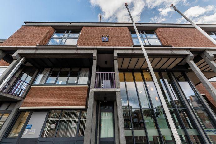 Het uit 1987 daterende gemeentehuis voldoet niet meer aan de Arbo- en energie-eisen, vervanging of aanpassing is een zeer kostbare zaak.
