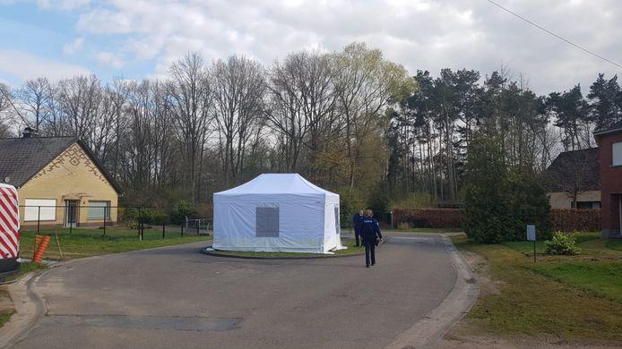 In Keerbergen werd een man dood aangetroffen in natuurgebied de Broekelei. De politie plaatste een witte tent over het lijk.