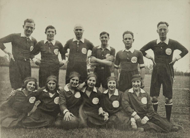 Korfballers van Het Apeldoornsche Bosch, vlak voor de oorlog.