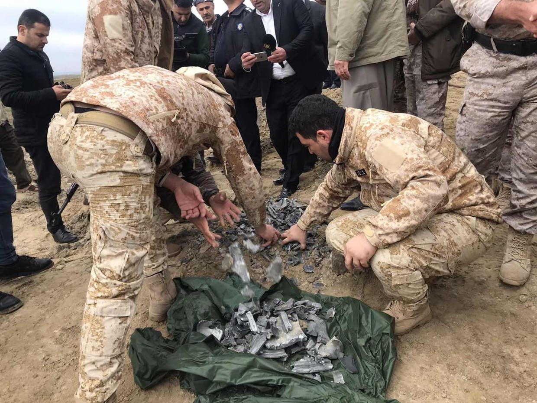 Iraakse militairen verzamelen bij het noordelijke Erbil restanten van een Iraanse raket die Teheran afvuurde op een militaire basis waar Amerikaanse militairen zijn gelegerd.