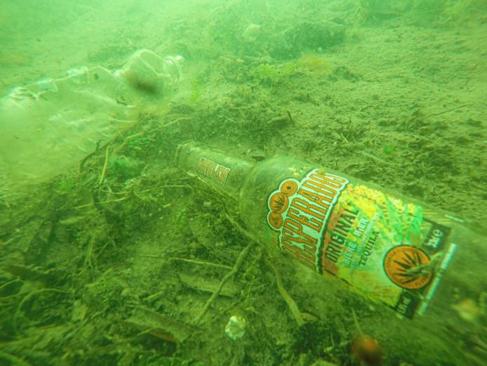 Gevaarlijk voor zwemmers: glas op de bodem in het voor zwemmers afgebakende deel van de Tijningenplas.