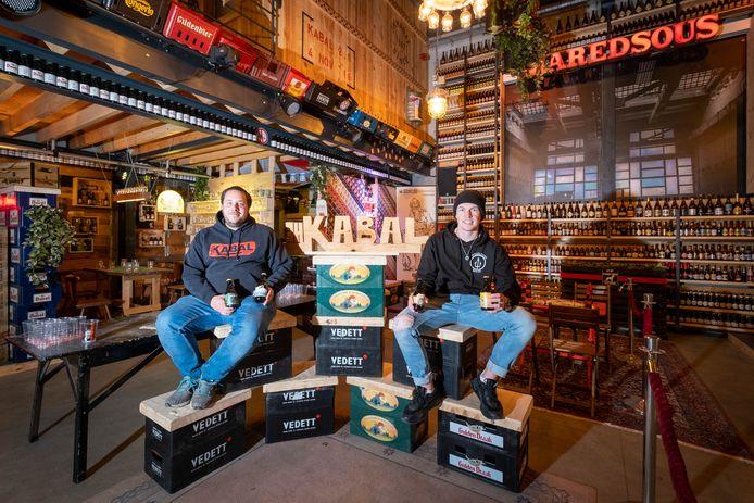 Nick Peeters en Sander in Jeugdhuis Kabal dat voor de gelegenheid werd omgedoopt tot De Koperen Ketel