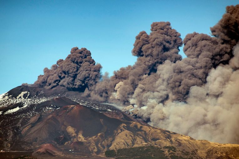 A smoke column comes out of the Etna volcano in Catania, Italy, Monday, Dec. 24, 2018. The Mount Etna observatory says lava and ash are spewing from a new fracture on the active Sicilian volcano amid an unusually high level of seismic activity.  (AP Photo/Salvatore Allegra) Beeld AP