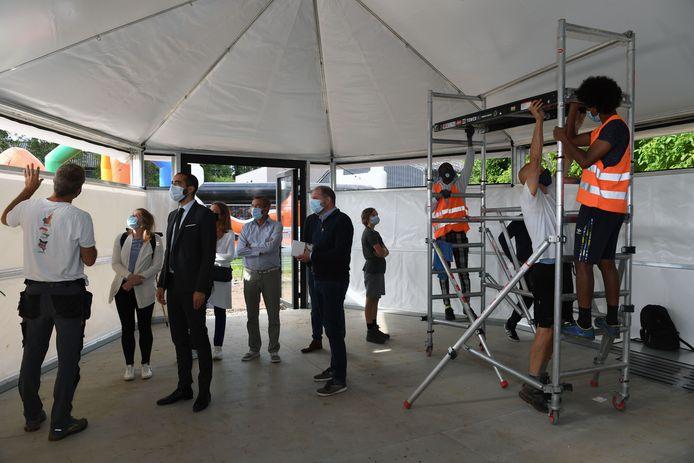 Staatssecretaris Sammy Mahdi bezoekt in Herent opbouw pop-up klaslokalen met asielzoekers