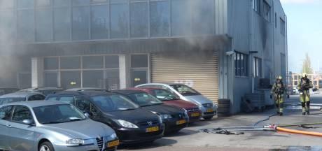 Grote brand bij garage in Veenendaal; rookwolken op A30 te zien