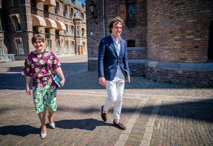 Fractieleiders Lilianne Ploumen (Pvda) en Jesse Klaver (Groenlinks) arriveren voor een gesprek met informateur Mariëtte Hamer. De twee leiders willen alleen samen in een coalitie stappen.