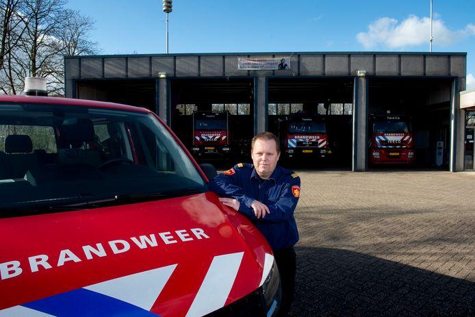 Over de toekomst van de  brandweerkazerne in Twello is al enige tijd veel te doen. Postcommandant Emiel Horstink poseert hier bij de huidige locatie van de brandweerkazerne aan de straat Jupiter in Twello.