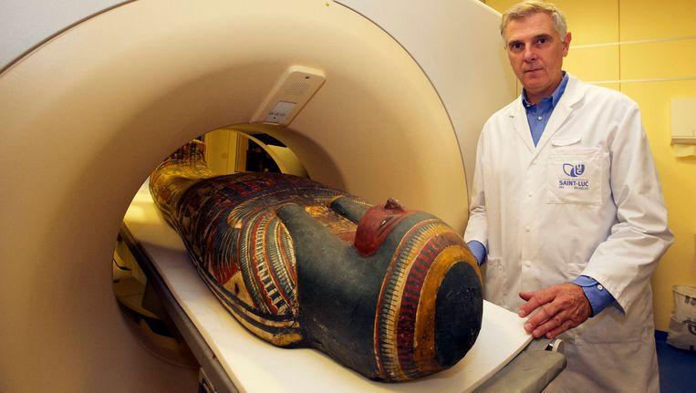 Professor Emmanuel Coche bij zijn scanner in Saint-Luc. Beeld BELGA