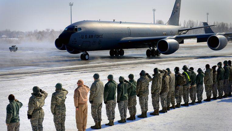 Een Amerikaans vliegtuig op de luchthaven van Manas. Beeld us air force