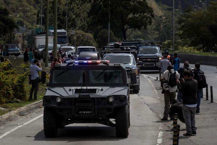 Eenheden van het leger op weg naar de district El Junquito, net buiten Caracas.