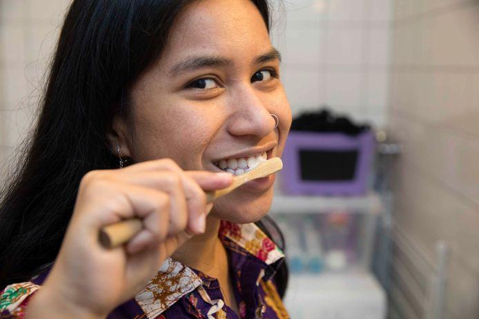 Nila Patty leeft al een jaar zonder dat ze afval maakt. Om afval te besparen, maakt ze bijvoorbeeld zelf tandpasta.