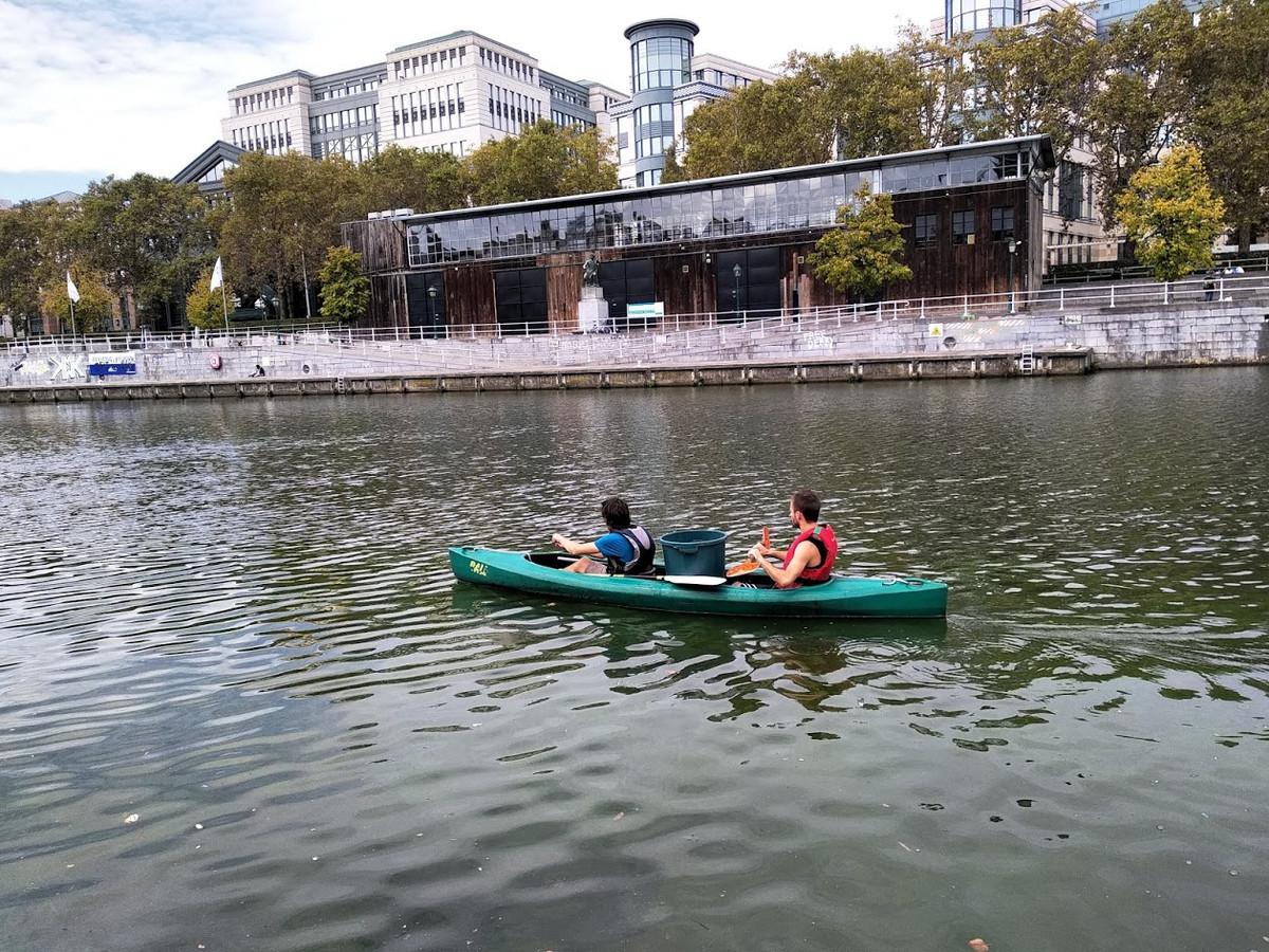 Plasticvissers op het kanaal.