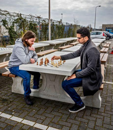 Deze schaaktafels staan straks door heel Capelle: 'Misschien wel de gemeente met de meeste buitentafels'