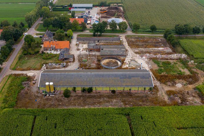 Het bedrijf aan de Veilingweg in Velddriel, dat een paar jaar geleden door Van der Schans is gekocht. Hij wil er nieuwe stallen bouwen en er pluimvee en vleeskalveren gaan houden.