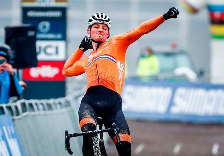 Mathieu Van Der Poel wint zijn vierde wereldtitel in het veldrijden. Beeld AFP