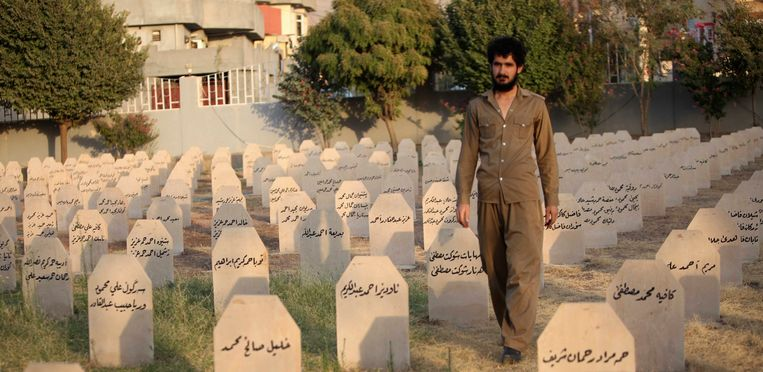 An Iraqi Kurd resident visits the cemetery for victims of the 1988 chemical attack in the Kurdish town of Halabja, near Sulaimaniya, 260 km (160 miles) northeast of Baghdad, September 16, 2013. At least 5,000 people were gassed to death in 1988 when the Iraqi air force dropped chemical bombs on Halabja in the country's Kurdish north - a defining moment in a long history of oppression. Beeld REUTERS