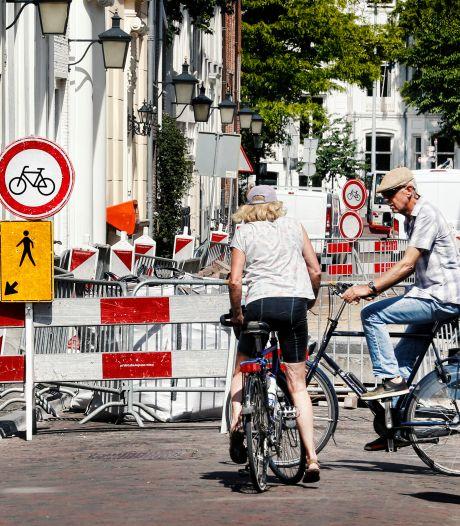 Alternatieve fietsroutes om Voorstraat te mijden lopen via... straten die ook open liggen
