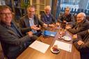 Boskalis-directeur Peter van der Linde (tweede van links) in 2017 bij de overdracht van de hoogaars Geertrui aan de Museumhaven Zeeland in Zierikzee.