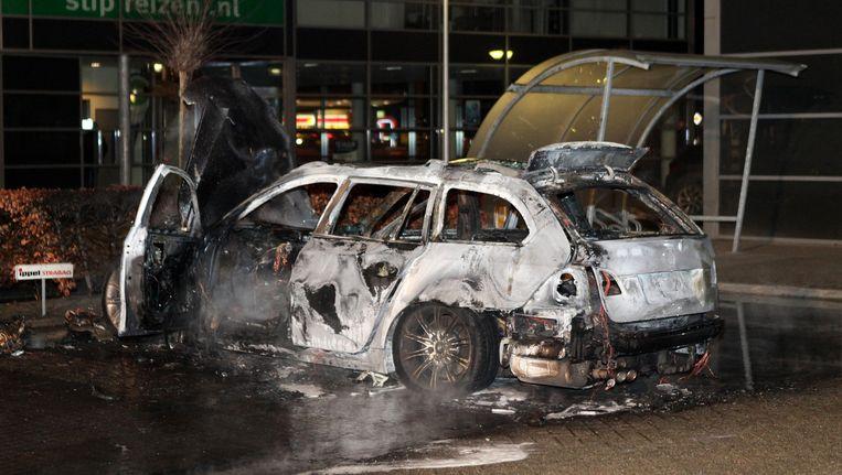 Uitgebrande vluchtauto van de schutters die Chahid Yakhlaf hebben geliquideerd. Beeld anp