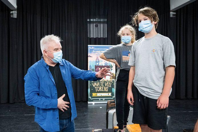 Regisseur Mark Tijsmans geeft Louis enkele instructies.