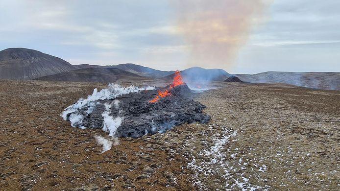 De nieuwe scheur in het aardoppervlak waar nu ook lava uit wordt gespuwd.