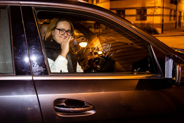 Gwendolyn Rutten verlaat de onderhandelingen en zwaait naar de pers.