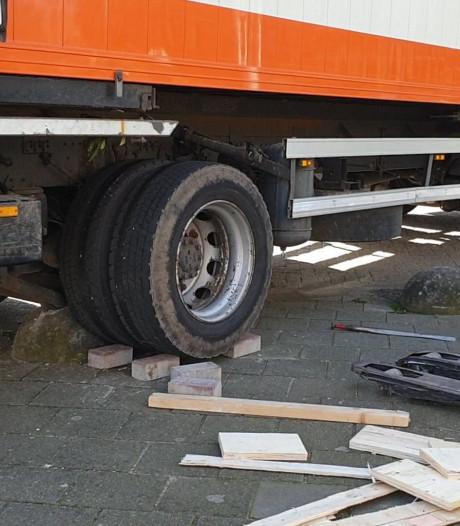 Vrachtwagen rijdt zich vast op betonnen bal