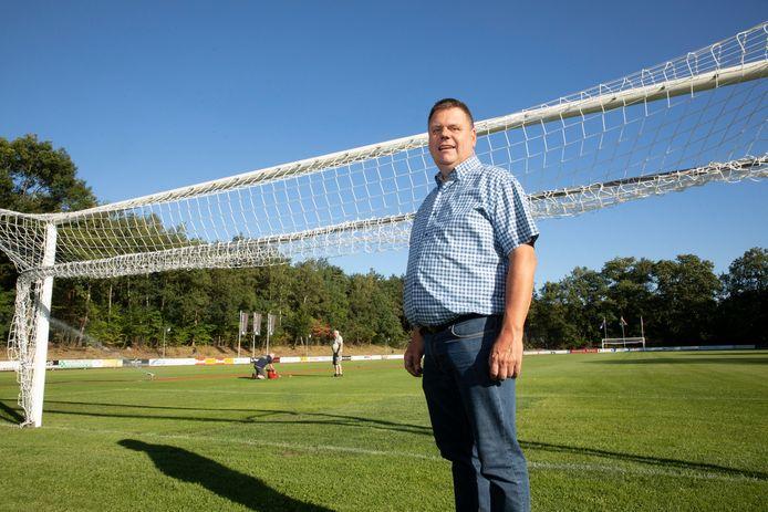 Gerrit van Keulen met op de achtergrond Jan de Weerd zijn verantwoordelijk voor de staat van de voetbalmat in Hattem. Zaterdag komt Ajax op bezoek voor een oefenduel tegen Steaua Boekarest.