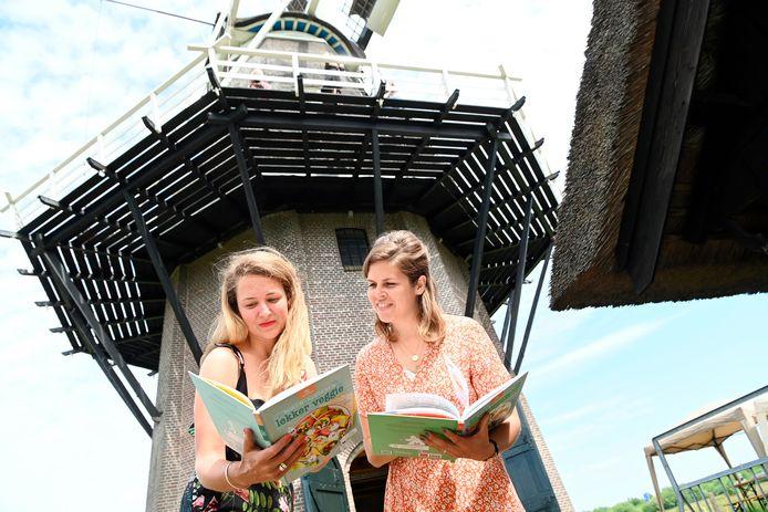 Marije Dunning (L), een van de schrijvers, is afkomstig uit Balkbrug en heeft een kinderkookboek geschreven. Naast haar Anouk Overman.