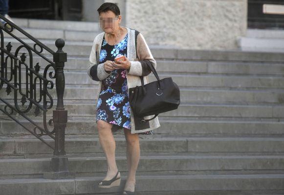 Rita H. komt geëmotioneerd de rechtbank buiten.